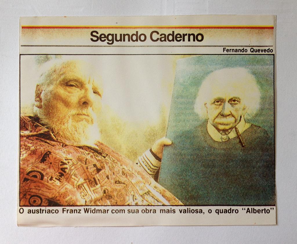 """O Globo - """"Franz Widmar com sua obra mais valiosa, o quadro Alberto"""""""